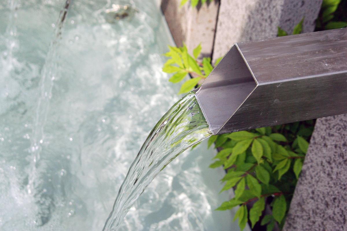 wasser garten wasserspiele wasserlauf schwimmteich lauterwasser gartenbau landschaftsbau. Black Bedroom Furniture Sets. Home Design Ideas